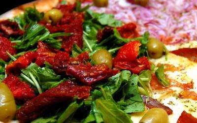 Troppo caldo per cucinare? La soluzione è ordinare una pizza a casa!